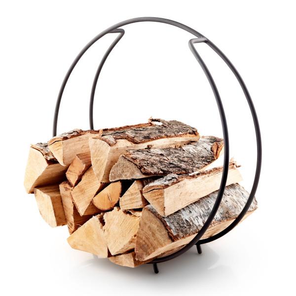 In der runden Holzablage FireGlobe von Eva Solo bewahren Sie stilvoll und dekorativ Brennholz auf.