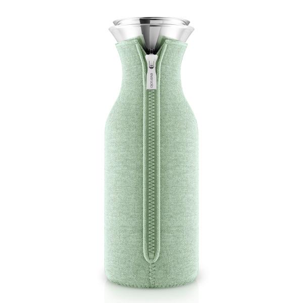 Kühlschrankkaraffe mit Woven Neoprenbezug in der neuen Trendfarbe eucalyptus green (pastell grün) von Eva Solo.
