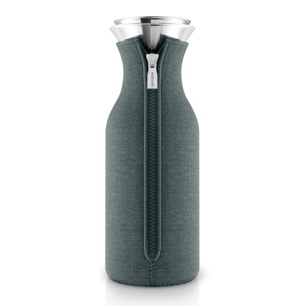 Kühlschrankkaraffe mit Woven Neoprenbezug in petrol blau von Eva Solo. Wasserkaraffe aus Glas. Glaskaraffe mit tropffreiem Ausgießer aus Edelstahl + Überzug.