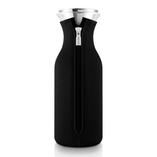 Kühlschrankkaraffe Eva Solo - Glaskaraffe mit schwarzem Neopren Bezug - Wasserkaraffe mit  - tropffreier Ausgießer aus Edelstahl
