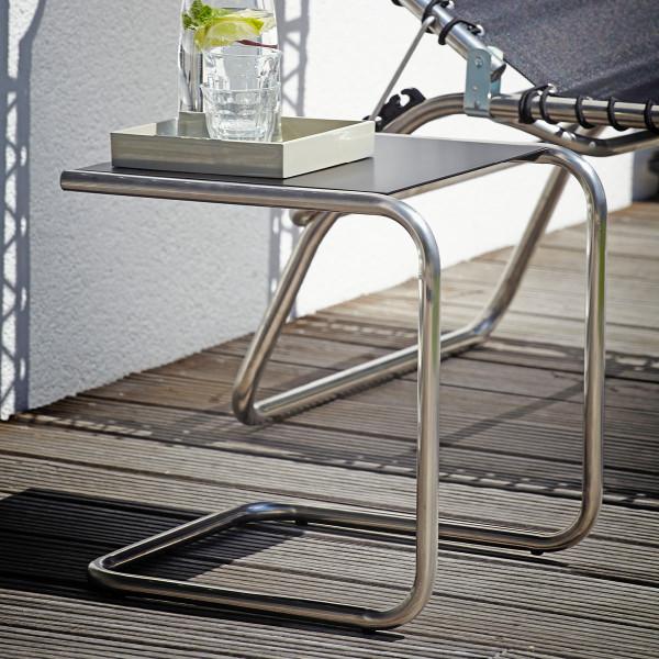 FIAM Beistelltisch Club mit schwarzer Metallablage und Alurohr-Gestell. Der Design-Beistelltisch in C-Form für In- und Outdoor.