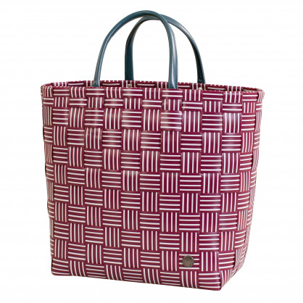 Gestreifte Shopper JOY burgundy rot von Handed By. Geflochtene Tasche aus Kunststoff mit Reißverschluss-Innentasche aus Kunstleder. Design Handtasche - Fair produziert.