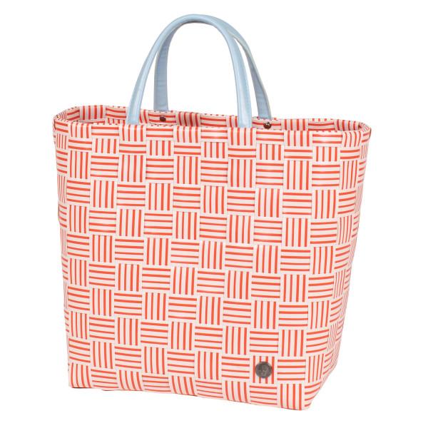 Gestreifte Shopper JOY coral rot von Handed By. Geflochtene Tasche aus Kunststoff mit Reißverschluss-Innentasche aus Kunstleder. Design Handtasche - Fair produziert.