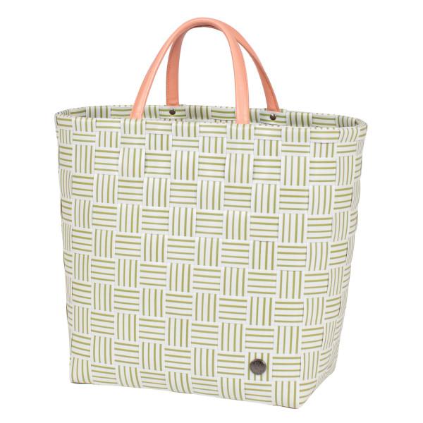 Gestreifte Shopper JOY khaki grün von Handed By. Geflochtene Tasche aus Kunststoff mit Reißverschluss-Innentasche aus Kunstleder. Design Handtasche - Fair produziert.