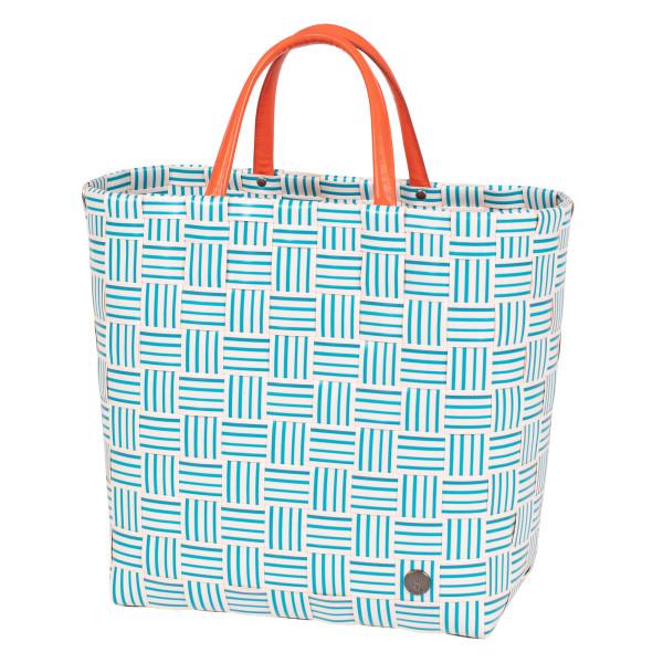 Gestreifte Shopper JOY petrolblau - orange von Handed By. Geflochtene Tasche aus Kunststoff mit Reißverschluss-Innentasche aus Kunstleder. Design Handtasche - Fair produziert.