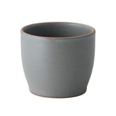 Keramikbecher NORI 200 ml für Sake, Tee oder Kaffee vom japanischen Designhersteller KINTO. Keramikbecher graublau (Steingut-Optik) schwarz.
