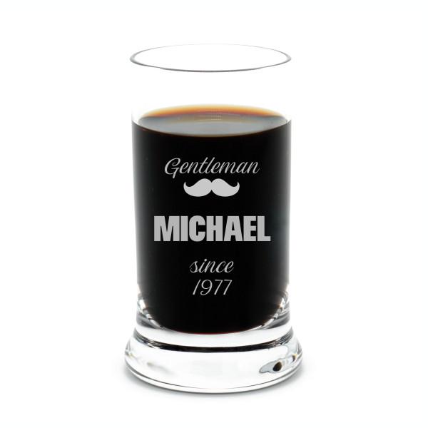 Schnapsglas mit Gravur Gentleman von Leonardo Design - Stamper K18 Shotglas - personalisiert mit Namensgravur + Jahreszahl - 60 ml / 6 cl Schnapsglas graviert