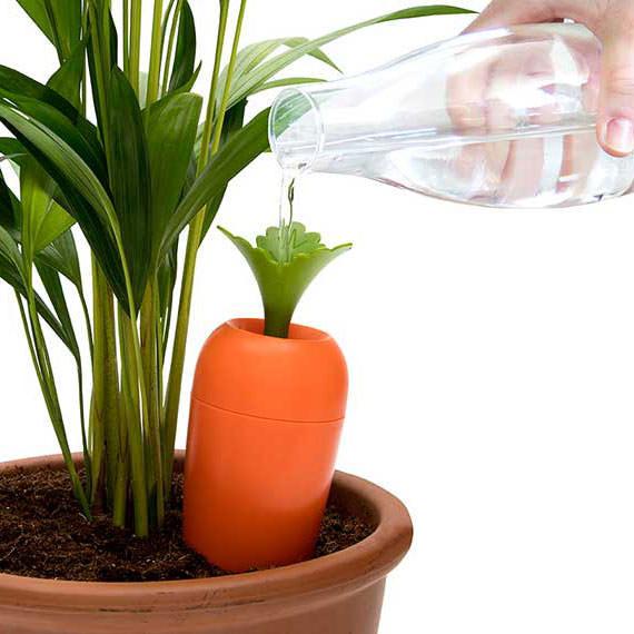 CARE IT, das automatische Bewässerungssystem im Karotten-Look von Peleg Design. Selbstbewässernder Topfeinsatz.