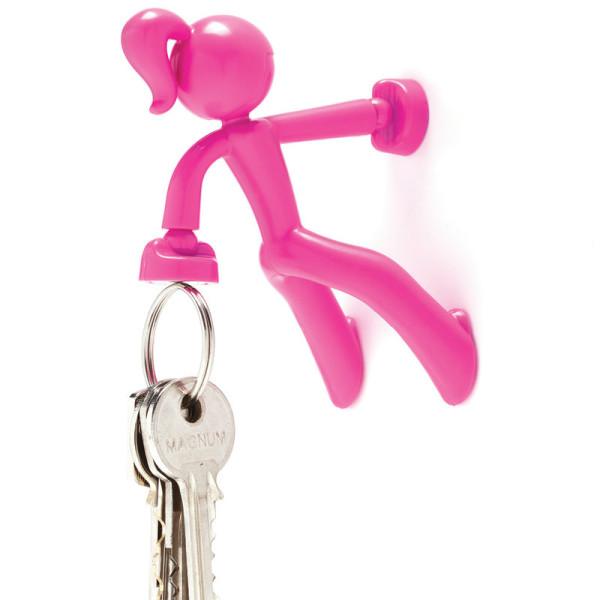 Pinker, magnetischer Schlüsselhalter KEY PETITE von Peleg Design. Die kleine pinke Bergsteigerin hält bis zu 20 Schlüssel!