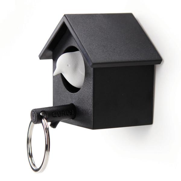 Cuckoo von Qualy Design! Schlüssel-Vogelhäuschen in schwarz mit Ast-Schlüsselanhänger. Im Häuschen ein weißer Spatz.