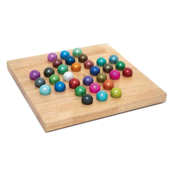 Holzspiel SOLITÄR von Remember Design. Logikspiel aus Holz. Holzbrett mit bunten, handbemalten Glaskugeln.