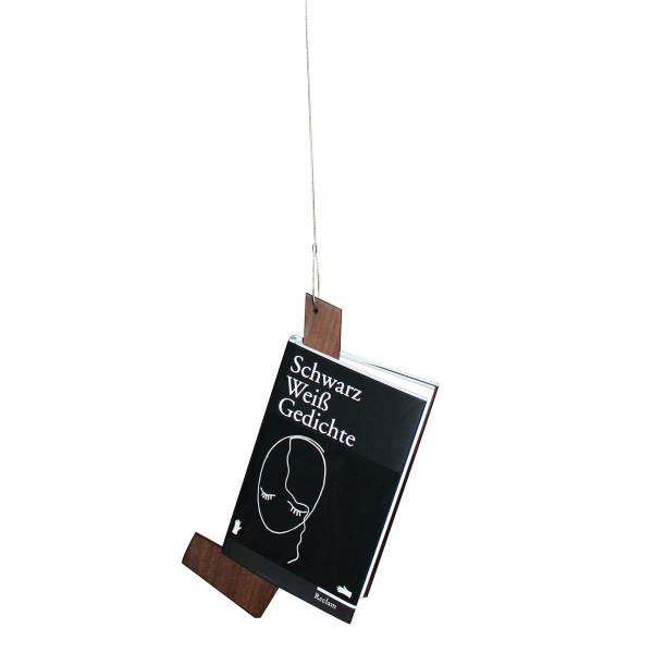 Raumgestalt bookstock: Braunes Lesezeichen aus Nussbaumholz zum Aufhängen an einem Drahtseil - mit eingehängtem Buch.