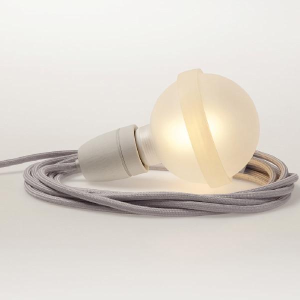 GraueLampe Legelampe von Raumgestalt: extragroße Glühbirne mit Silikonband zum Legen - mit Porzellanfassung und grauem Textilkabel.