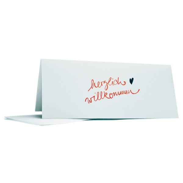 Weisse Klappkarte mit Spruch Herzlich Willkommen von Raumgestalt inklusive transparenten Umschlag.