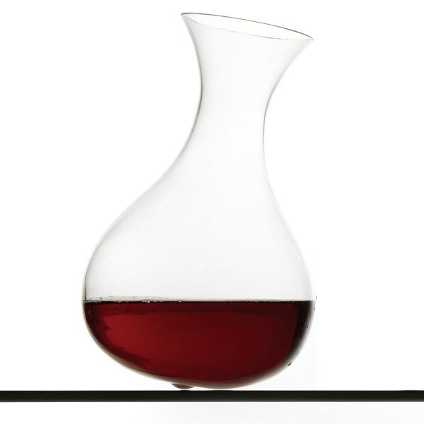 Die mundgeblasene Karaffe Bertha aus der Tanz der Gläser-Serie von Raumgestalt gefüllt mit Rotwein.