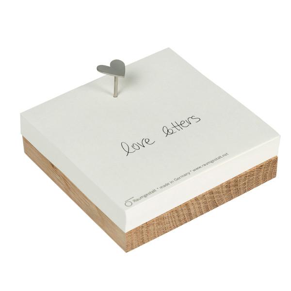 Raumgestalt LoveNail Merkzettel: viereckiges, kleines Eichenholzbrett mit Notizzetteln und einem Nagel mit Herz als Nagelkopf.