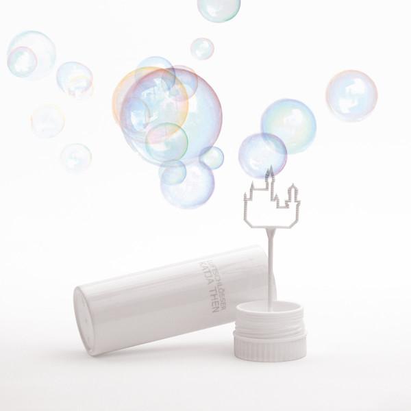 Luftschlösser Seifenblasen von Raumgestalt: weisse Kunststoffdose mit Puster in Form eines Schlosses.