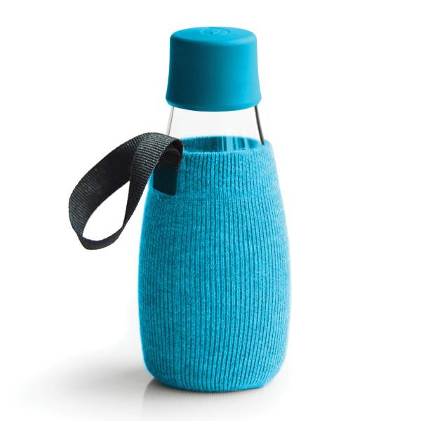 Blaue Schutz- und Transporthülle aus Baumwolle mit praktischer Trageschlaufe für die Design-Trinkflasche 0,3 Liter von Retap.