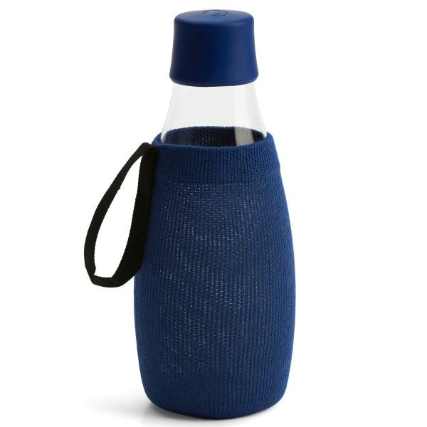 Dunkelblaue Schutzhülle / Sleeve für die Glas Trinkflasche 0,5 Liter von Retap Design.