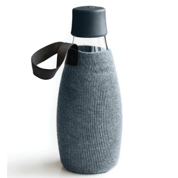 Graue Schutz- und Transporthülle aus Baumwolle mit praktischer Trageschlaufe für die Design-Trinkflasche 0,5 Liter von Retap.