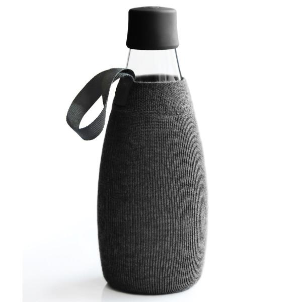 Schwarze Schutz- und Transporthülle aus Baumwolle mit praktischer Trageschlaufe für die Design-Trinkflasche 0,8 Liter von Retap.