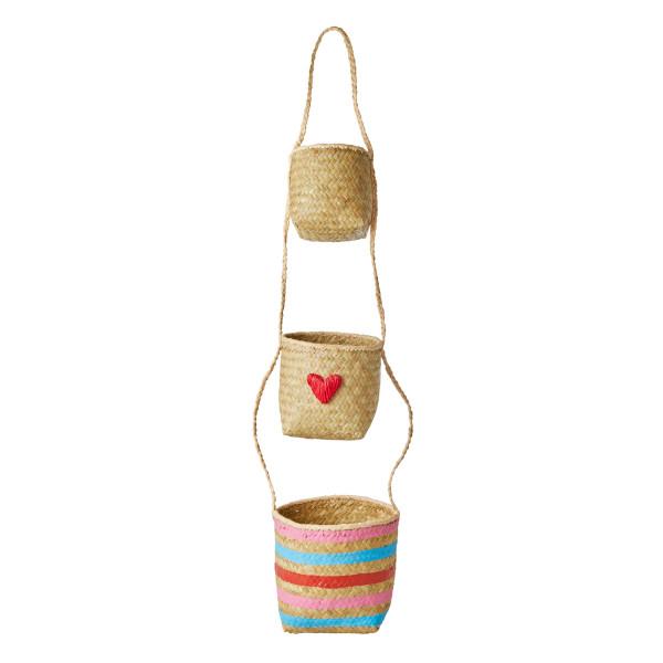 Dekorativer Hängekorb aus Bast von Rice Dänemark. 3 Körbe, verbunden mit einer Bastkordel und verziert mit Streifen und Herzmotiv.