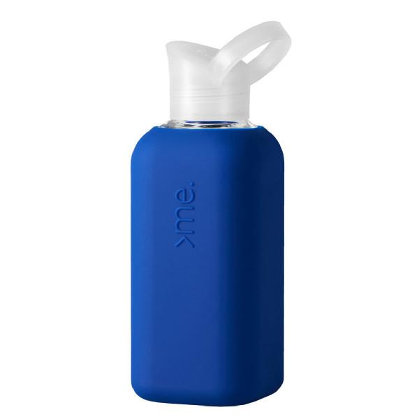 Squireme. Design Trinkflasche aus Glas mit Silikon-Bezug in blau