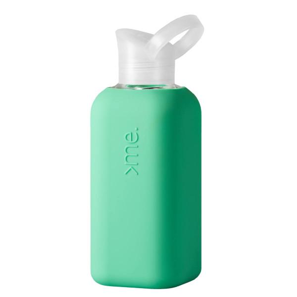 Squireme. Design Trinkflasche aus Glas mit Silikon-Bezug in mintgrün
