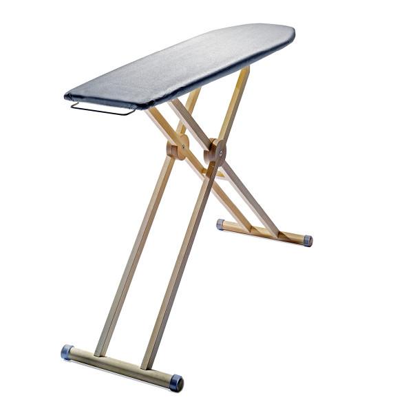 Stufenlos verstellbares Bügelbrett aus Eschenholz vom Designlabel side by side. Mit extragroßer Bügelfläche.