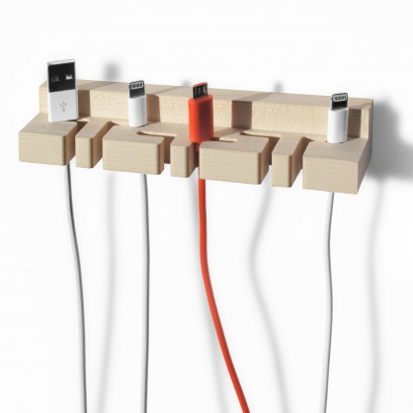 Er sorgt für Ordnung im Kabelsalat: der Kabelhalter Bill aus Ahornholz von Designlabel side by side.