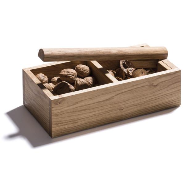 Nussknacker mit Hebel von side by side design. Nussknacker aus massiver Eiche von side by side - gefüllt mit Walnüssen.