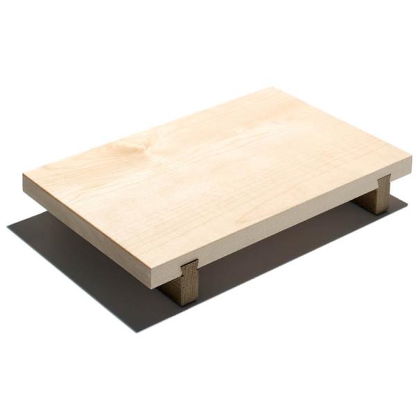 Kleines Schneidebrett aus Ahornholz - stehend auf eingezinkten Fußleisten aus Eichenholz - von side by side.