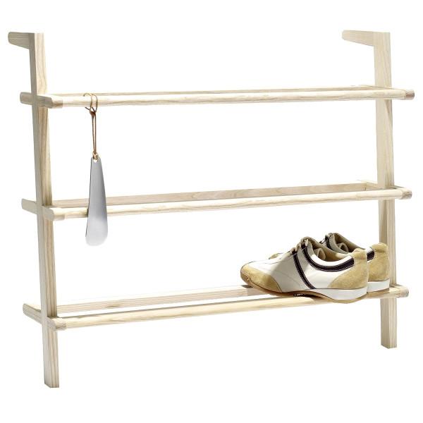 Schuhregal Gaston aus massiver Esche mit 3 Fachböden zum Anlehnen an die Wand - Freisteller mit einem Paar Schuhe und Schuhlöffel.
