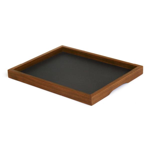 Kleines Tablett Basic S mit Rahmen aus Nussbaumholz und schwarzer Antirutsch-Beschichtung von side by side.