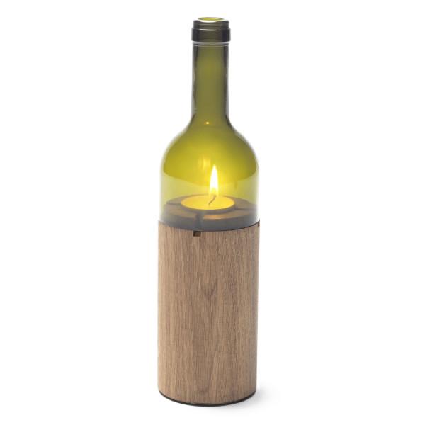 Das grüne Teelicht Weinlicht von side by side in Form einer Weinflasche. Der Holzkorpus gibt sicheren Stand.