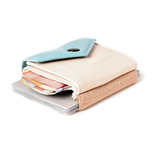 Mini Geldbeutel aus Echtleder von spaceproducts - Modell Space Wallet PEAK punta cana - Kleine Geldbörse aus Leder in hellblau und beige.