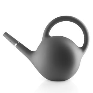 Graue Gießkanne Globe vom skandinavischen Designlabel Eva Solo. Großes Füllvolumen von 9 Liter. Kanne anthrazit mit 2 Ausgießmöglichkeiten - Brause und Strahl.