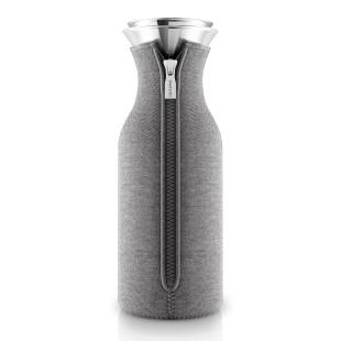 Kühlschrankkaraffe mit Woven Neoprenbezug in grau von Eva Solo. Wasserkaraffe aus Glas. Glaskaraffe mit tropffreiem Ausgießer aus Edelstahl + Überzug dark grey.