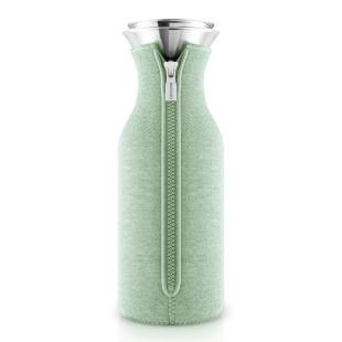 Kühlschrankkaraffe mit Woven Neoprenbezug in der neuen Trendfarbe eucalyptus green (pastell grün) von Eva Solo. Wasserkaraffe aus Glas mit tropffreiem Edelstahl-Ausgießer + Überzug.
