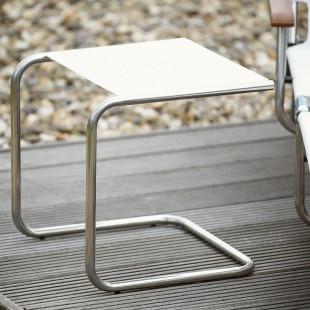 FIAM Beistelltisch Club mit weißer Metallablage und stabilem Alurohr-Gestell. Der Design-Beistelltisch in C-FORM für In- und Outdoor.