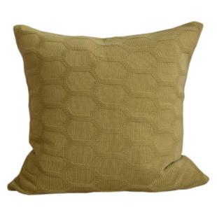 Kissenbezug Herdis gestrickt vom skandinavischen Designlabel Funky Doris. Strickkissen Wabenmuster Baumwolle senfgelb-olive.