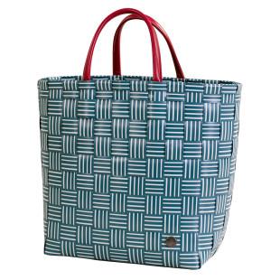 Design Shopper JOY von Handed By. Geflochtene Tasche in dunklem grünblau mit roter Reißverschluss-Innentasche aus Kunstleder. Design Handtasche - Fair produziert.
