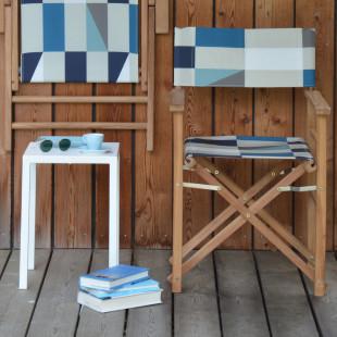 Gartenstuhl Maxx von Jan Kurtz Design. Teak-Holzstuhl mit karierter Sitzfläche in Karo-Blau. Regiestuhl - Klappstuhl.
