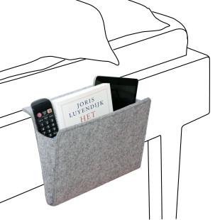 Betttasche Bedside Pocket von Kikkerland. Graue Filzmappe zum Einhängen am Bett oder Sofa. Für Bücher, Magazine, Tablet und Co.