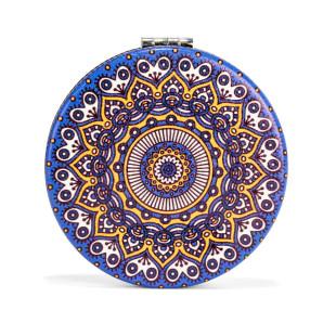 Klappbarer Taschenspiegel mit dekorativem Mandala Motiv von Kikkerland Design - 1 Spiegelseite mit 2fach Vergrößerung.