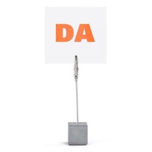 Zettelhalter / Bilderhalter DA aus Beton mit Korkodilklemme von KORN Produkte.