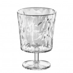 Langstiliges Glas aus Kunststoff mit faszinierender Facettenstruktur - aus der Serie CRYSTAL 2.0 von koziol.