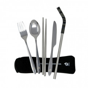 Besteck-Set von MIZU Design. Das 6-teilige Cuterly Set von MIZU besteht aus Gabel, Löffel, Messer, Strohhalm und Ess-Stäbchen im Neopren-Etui mit Reißverschluss.