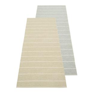 Outdoor Pappelina Teppichläufer CARL Sage / Seagrass. Design Wendeteppich gestreift beige / salbeigrün.