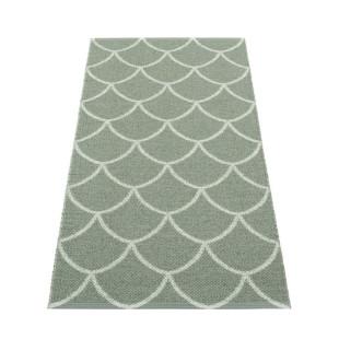 Skandinavischer Teppichläufer KOTTE graugrün Pappelina. Wendeteppich Fischschuppen Muster. Design Kunststoffteppich army green / sage.